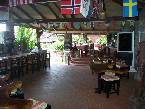 Hummingbird Beach Resort: The open air bar & dining area