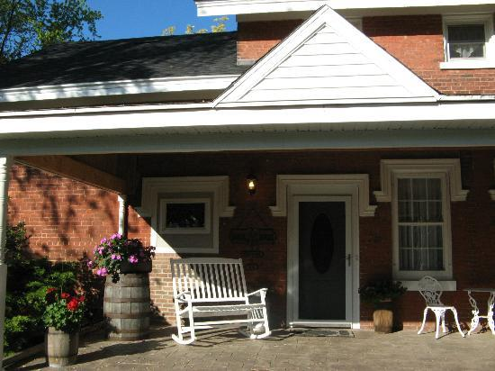 Brick House Bed & Breakfast: Welcoming entrance