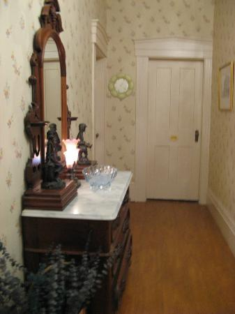 Brick House Bed & Breakfast: Upstairs hallway