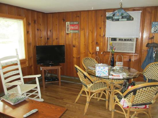 Bowen's by the Bays : Living area