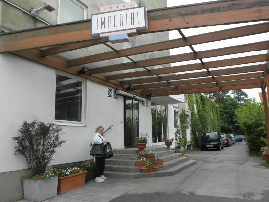 Imperial Hotel: Entrance to hotel