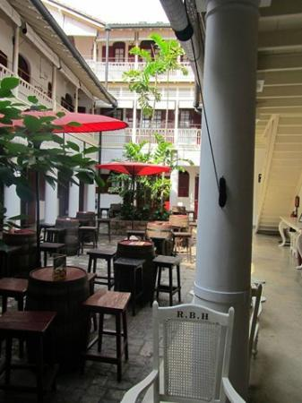 Royal Bar & Hotel : patio
