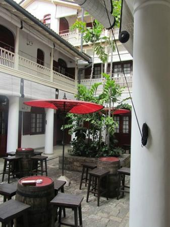 Royal Bar & Hotel: patio ground floor