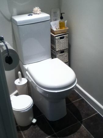Canterbury House: Spotless bathroom