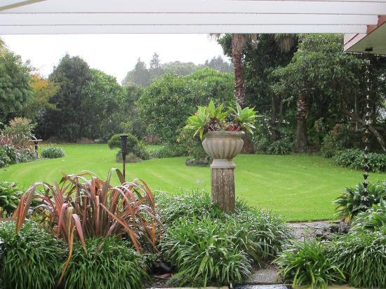 Moon Gate Villa: View of the gardens and gentle rain from the guest lounge