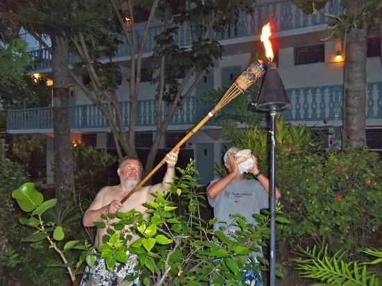 Kona Tiki Hotel : There is a Tiki Torch Lighting every night -- such fun!