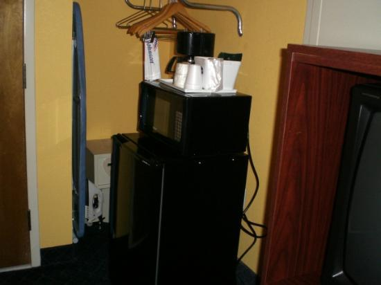 Howard Johnson Inn Rock Hill: Coffee pot, fridge, microwave