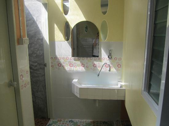 Khun Ying House: Ensuite Bathroom sink