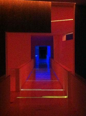 Hotel Encanto: Hotel corridors at night