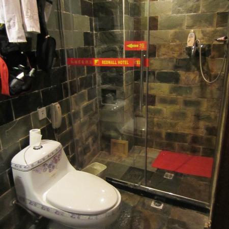 Redwall Hotel Beijing: toalett och dusch