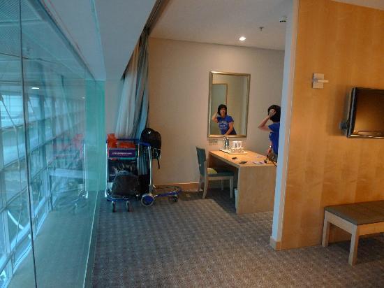 แอมบาสเดอร์ทรานซิตโฮเต็ล เทอร์มินอล 3: ketlle here in small living zone (triple room)