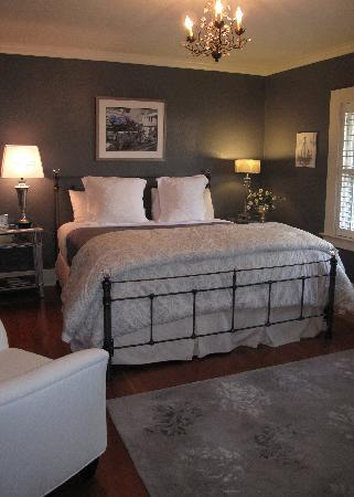 Lavender Inn : The Romantic Suite blends the old with a touch of modern elegance.  Private balcony & flat scree