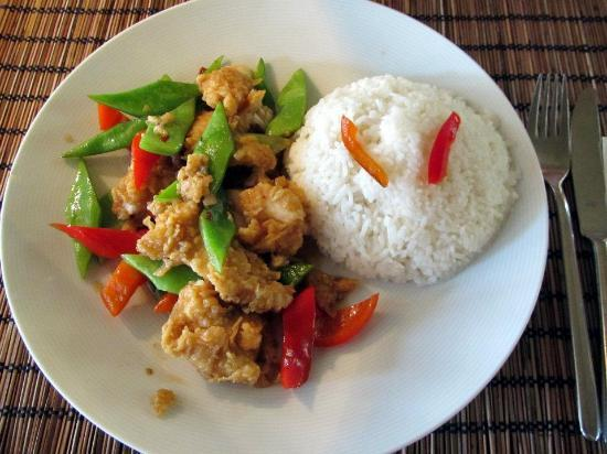 NOI- The Art of Taste: Stirfry of fried fish with garlic, chillis, snowpeas, capsicum and rice (lunch special)