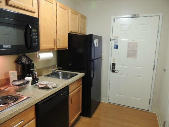 Candlewood Suites: Full kitchen