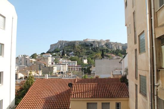 Plaka Hotel: vista desde la ventana de la habitación del hotel. La vista es del acrópolis.