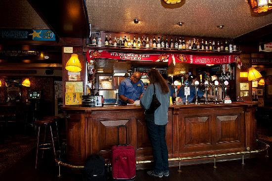 Hotel Mr. Pickwick: Check in at the Mr. Pickwick Pub bar