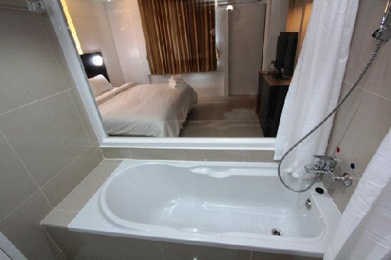 Modern Thai Hotel: Bathroom