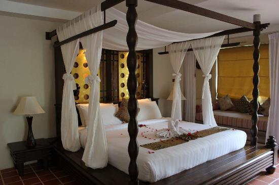 Aonang Princeville Resort : beautifully decorated bed