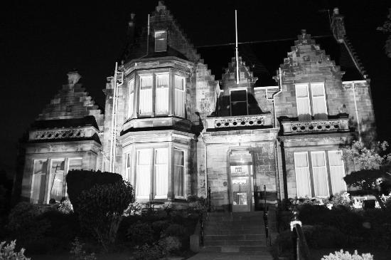 The Dunstane Hotel: Hotel from the outside at night