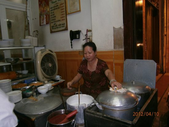 Vietnam Awesome Travel - Day Tours: Pancakes being made
