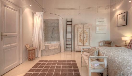 Brody House: Claret cornerbath