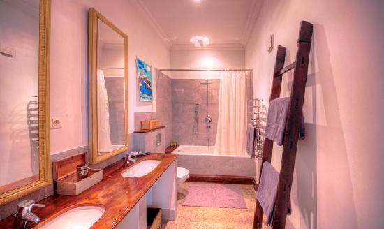Brody House: Droga Bathroom