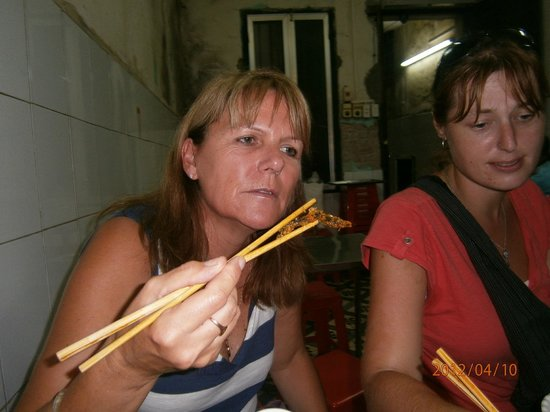 ‪‪Vietnam Awesome Travel - Day Tours‬: Mastering chopsticks
