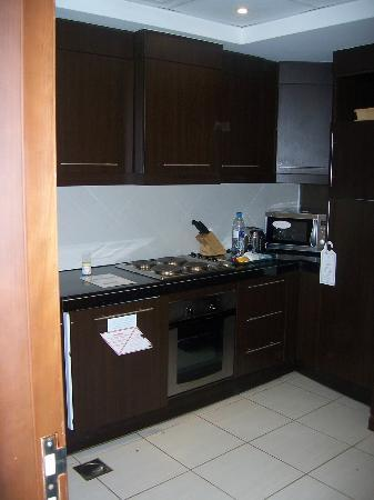 Flora Park Deluxe Hotel Apartments: Fully equipped kitchen with fridge, freezer + washing machine