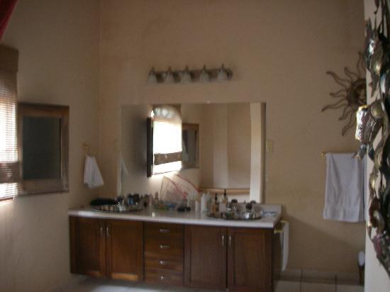 Luna Azul Suites: HUGE Bathroom!