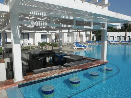 Tropicana Rosetta & Jasmine Club: Small pool swim up bar