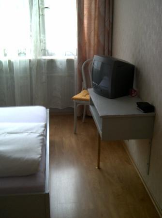Hotel Herzog Friedrich: Mini-TV gegenüber vom Bett