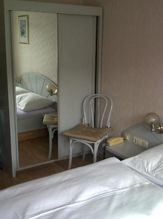 Hotel Herzog Friedrich: Kleiderschrank mit Spigel im Zimmer