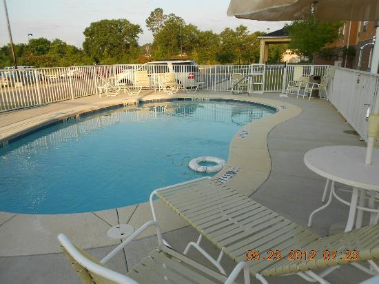 Comfort Suites Dothan: Pool in Parking lot