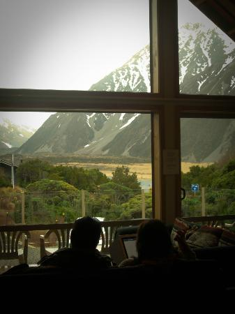 Aoraki Mount Cook Alpine Lodge: view from dining/living area