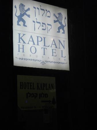 Kaplan Hotel: Entrance  at night