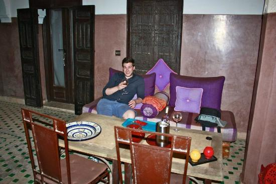 Riad Khabia: courtyard drinking the wine!