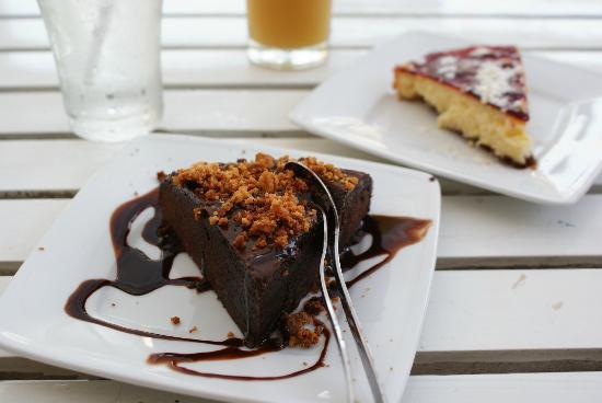 Mondo Restaurant & Lounge: chocolate cake and cheese cake