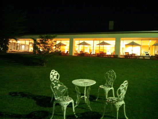 Hakone Lake Hotel: 庭から食堂を望む