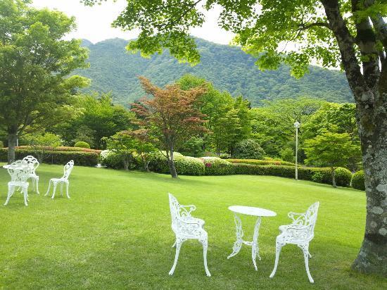 Hakone Lake Hotel: ホテル前の庭