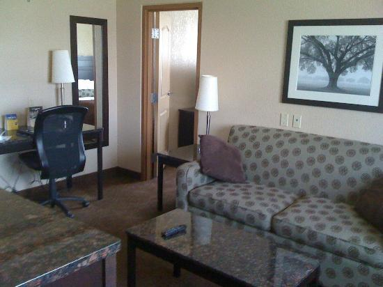 BEST WESTERN PLUS Kamloops Hotel: Living Room of Suite