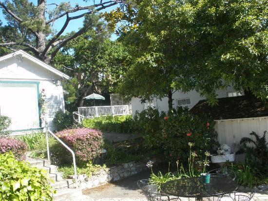 Carmel Green Lantern Inn: view from parking area towards Maple/Birch rooms