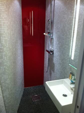 Elite Hotel Arcadia: newly renovated bathroom--small but nice