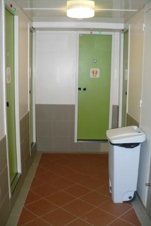 Sdb picture of hotelf1 paris porte de montmartre paris tripadvisor - Hotelf1 porte de montmartre ...