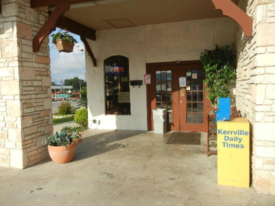 Best Western Sunday House Inn: Entrance to Restaurant where breakfast is served