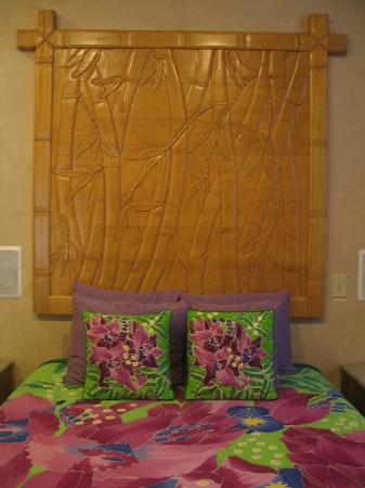 Maui Guest House: Beautiful headboard that matched all the drawers in the room
