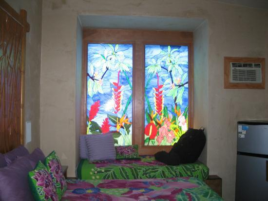 Maui Guest House: I loved the colors- these windows were gorgeous!