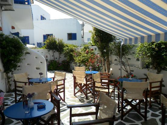 Dilion Hotel: Breakfast in the courtyard