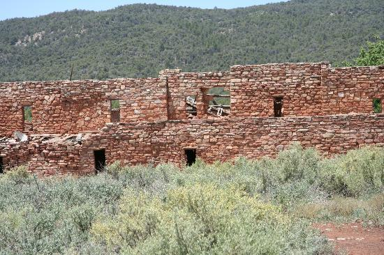 White Mountain Apache Cultural Center: Approaching Kinishba Ruins from the short trail.