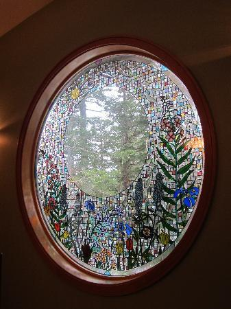 Hidden Creek Bed and Breakfast: stained glass window
