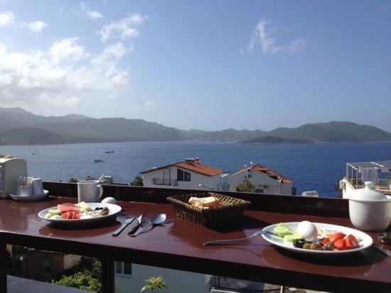 Ateş Pansiyon: petit-dej sur la terrasse